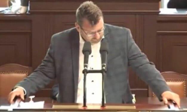 Poslanec Lubomír Volný vyveden policií ze Sněmovny