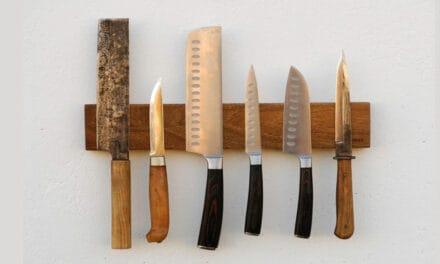 Magnetický stojan na nože udrží i dýky a mačety